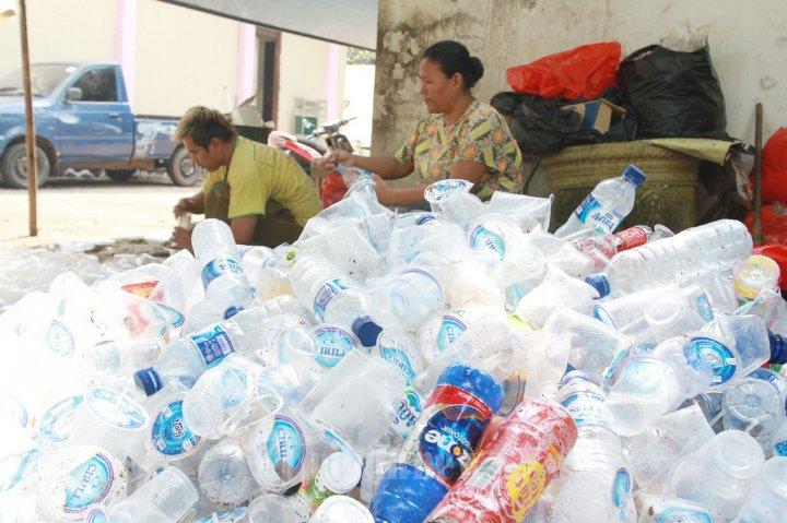 Pemulung Sedang Memilah Botol Dan Gelas Mineral