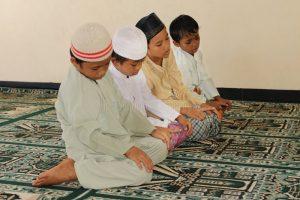 het moslim bidden van jonge geitjes