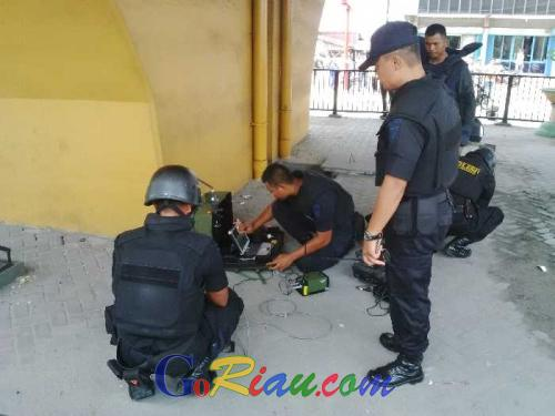 Men Carrying backpacks and secured Suspicious bomb squad team from the Lower Fly Over Sudirman Pekanbaru